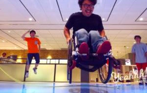 車いすでダブルダッチ! 驚異の運動能力を披露