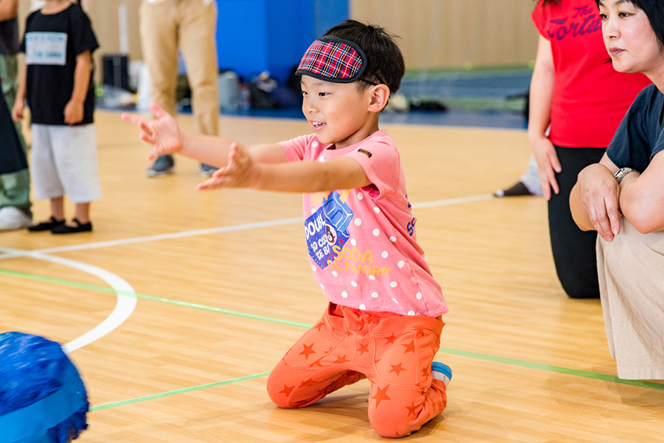 子どもたちがゴールボールに挑戦!絵てがみも描いて安達 阿記子選手に応援の気持ちを届けました